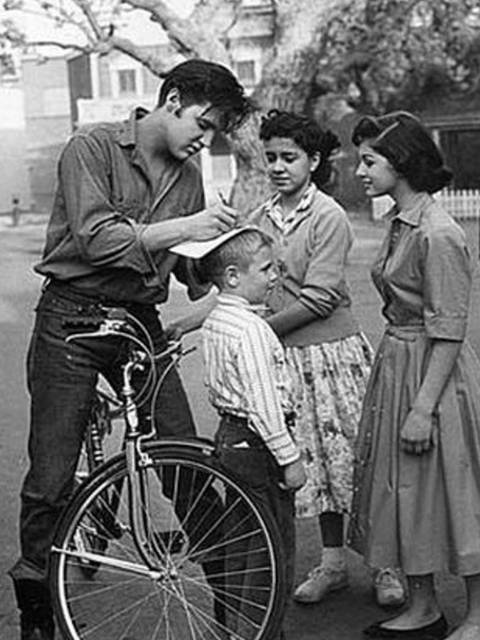 1956-elvis-at-paramount-backlot-hollywood-o11.jpg