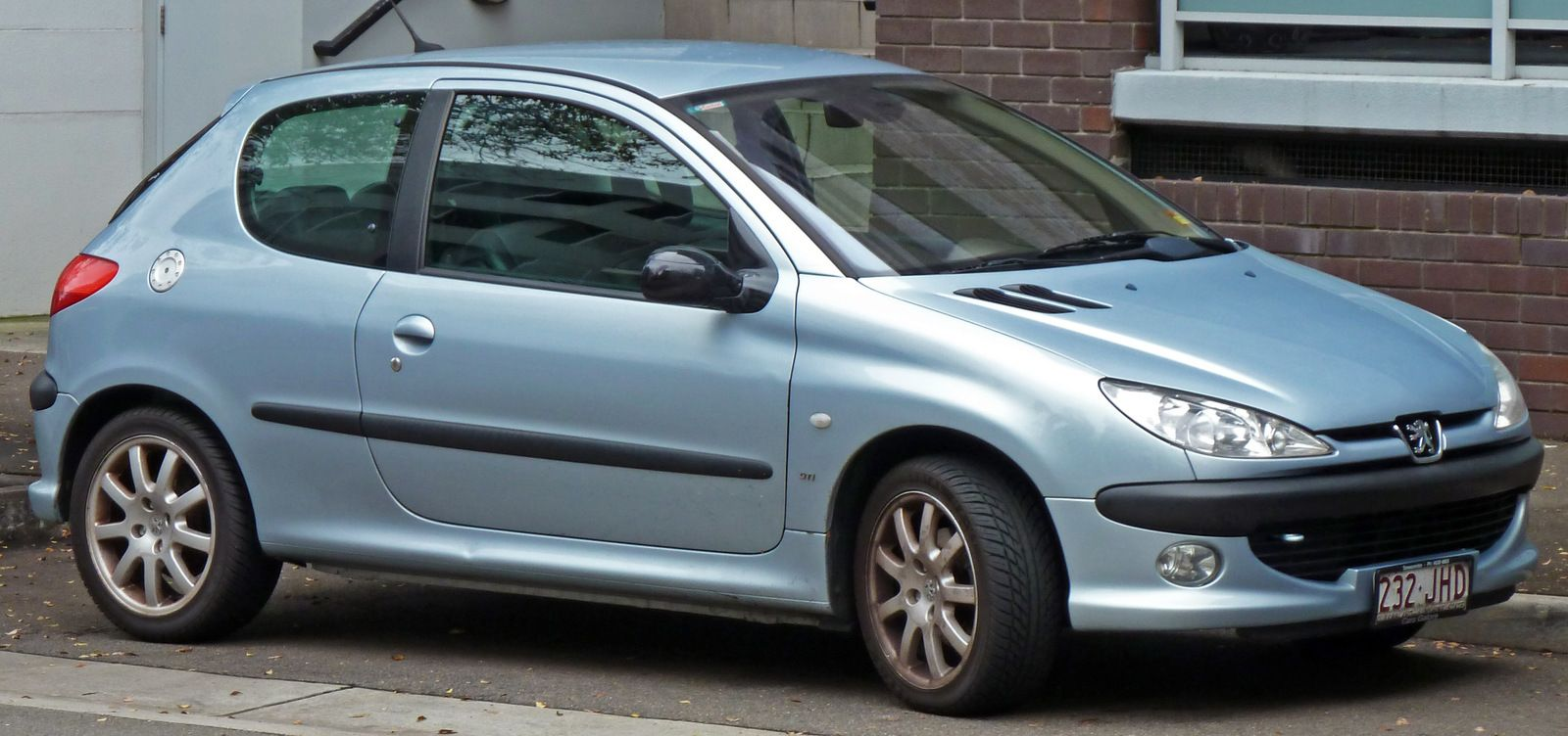 2001-2003_Peugeot_206_T1_GTi_3-door_hatchback_01.jpg