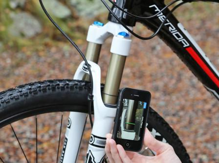 Då mycket av det normala vardagslivet numera ska styras av smarta telefoner och diverse appar vill Fox inte vara sämre utan har tagit fram sin iRD-app för gaffelinställningen. Först anges gaffelns identifikationsnummer som finns märkt på gafflar från och med 2013 års modeller. Sedan anges användarens kroppsvikt fullt påklädd och cykelklar. Appen ger då ett initialt värde på det lufttryck som ska pumpas i gaffeln. För att kontrollera inställningen mäter appen hur mycket SAG gaffeln har med cyklisten sittandes normalt på cykeln. SAG markeras med o-ringen på gaffelbenet. Med hjälp av den smarta telefonens kamera skannas o-ringens position på gaffelbenet in. Befinner sig O-ringen i rätt område ger appen resultatet OK. Om inte, ges rekommendationer på nytt lufttryck, antingen mer eller mindre. När luftrycket är korrekt inställt ges sedan ett värde på hur många klick returjusteringsratten ska vridas. Därmed är gaffelinställningen klar.