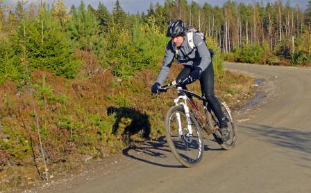 Snabb kille på snabb cykel