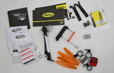 oTill cykeln medföljer en mängd prylar som gaffelpump, momentnyckel med bits, handbok, manualer och tillbehör till de slanglösa Mavic-hjulen.