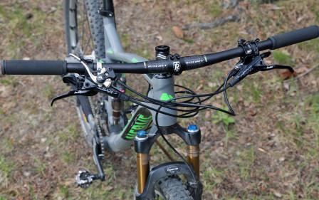 Det 720 mm breda styret kommer till sin rätt då alla reglage och spakar ska monteras. Den silvriga spaken till vänster i bild är remotespaken till CTD. Remoteledningen till sadelstolpen sitter tillfälligt monterad.