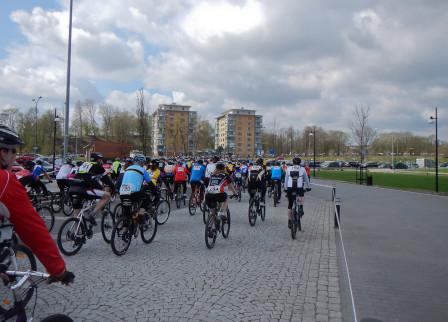 Ungefär 753 cyklister rullar ut från startområdet.