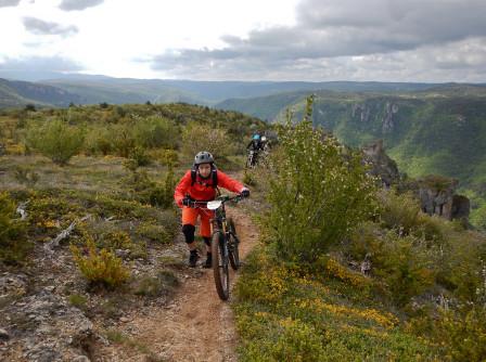 Maria i ett brant parti längs bergskammen på väg mot nästa specialsträcka.