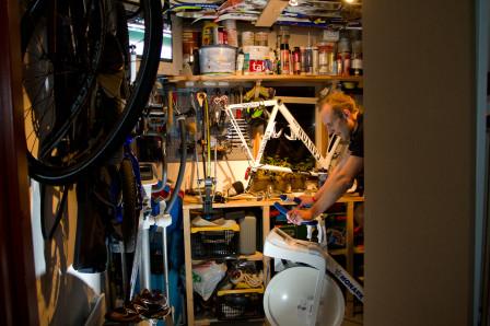 Billy jobbar i förrådet. Foto: Bengt Ellison