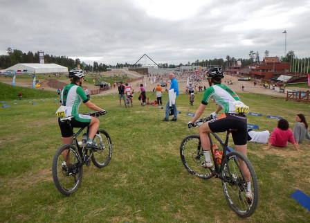 Två Falucyklister ser ut över Långa Lugnets startområde på Riksskidtadion.