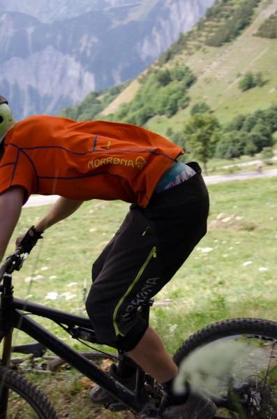 Fjörå shorts och t-shirt fladdrar i Alp d Huez