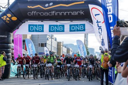 Startskottet går för OF300 på torget i Alta. Foto: Björn Olsson