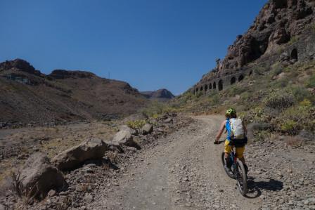 Marran cyklar upp för grus i fin miljö