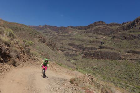 Jag cyklar upp för grus i fin miljö