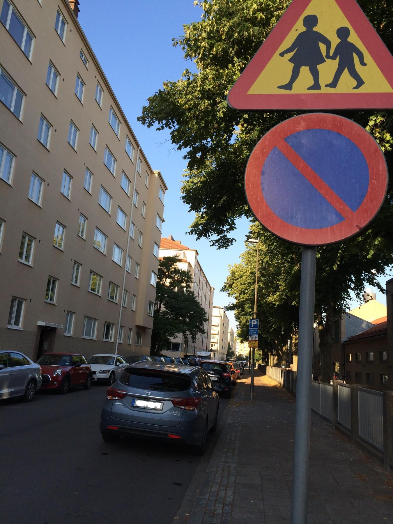 Många föräldrar struntar i parkeringsförbudet kring skolorna