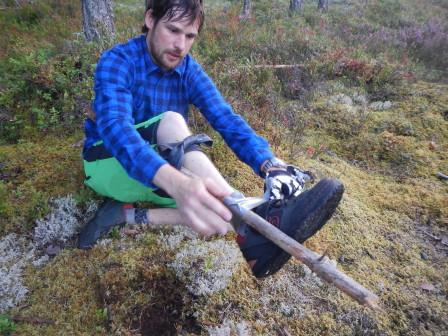 Emil stabiliserar benet med en pinne över två leder.