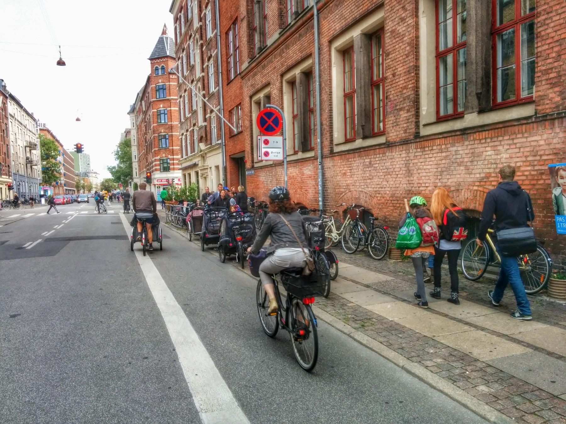 Cykelbana och stoppförbud utanför en skola i Köpenhamn