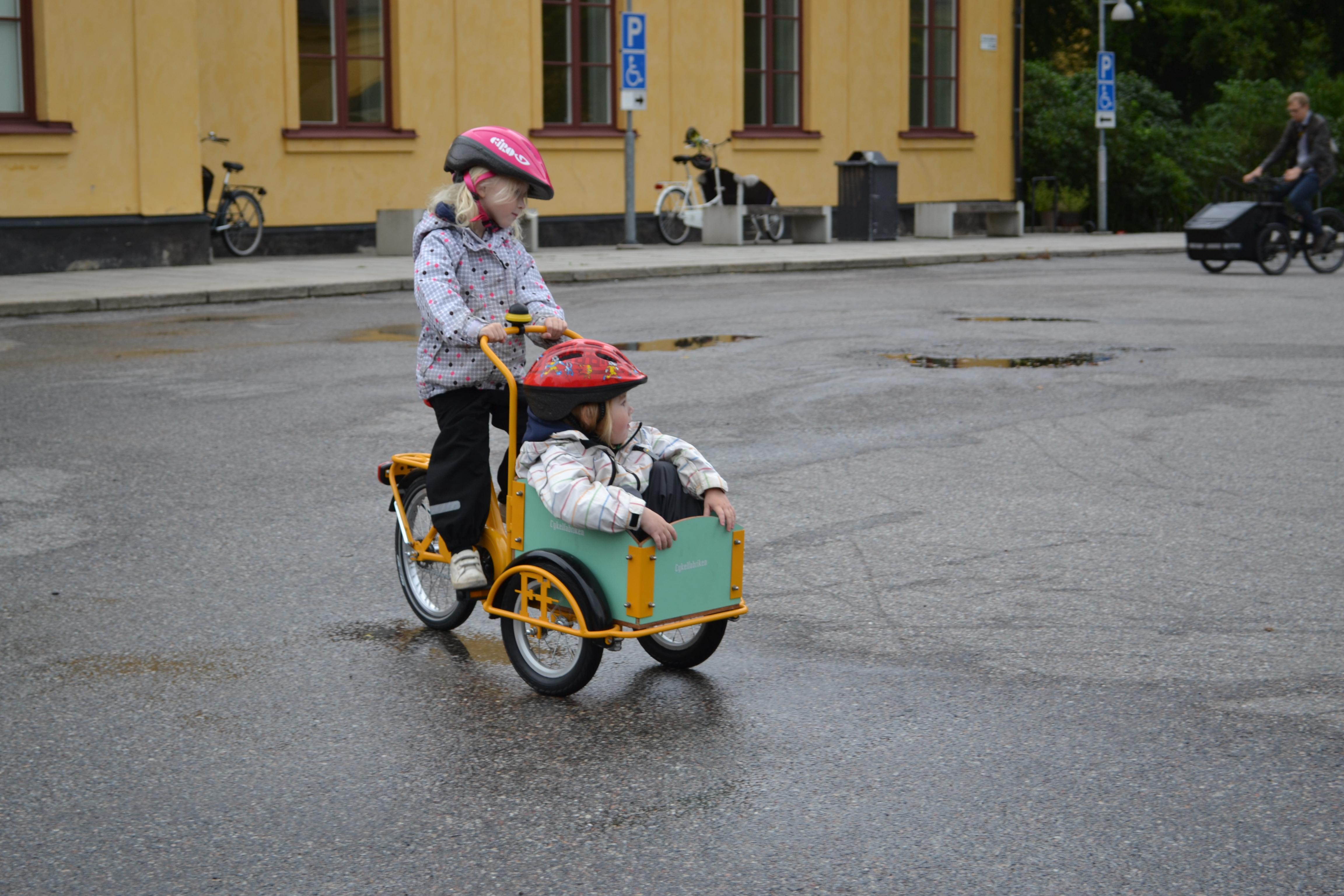 Barn och cykelhjälm
