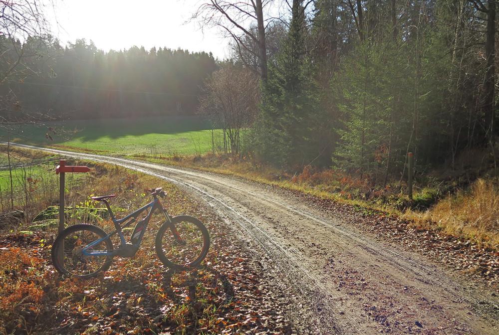 Den tråkiga transportsträckan på grusväg fram till stigarna börjar går betydligt snabbare med elcykel