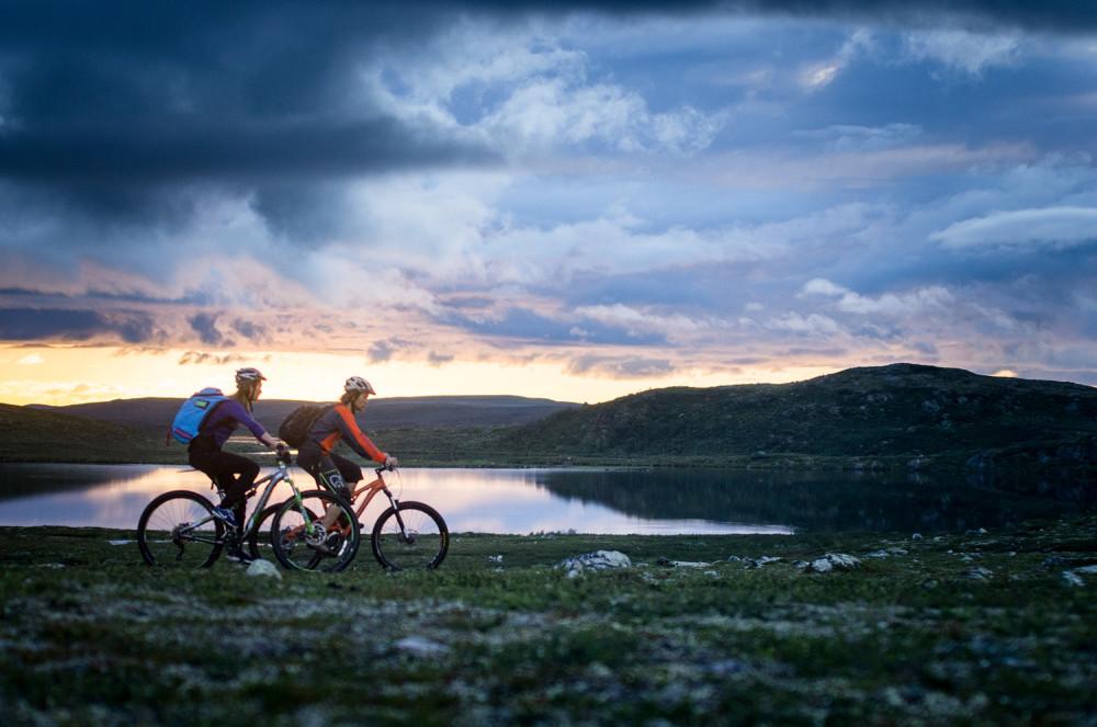 FInnmarksvidda må vara ganska platt. Men det kan fortfarande vara vackert. Mona och Einar på väg mot Jotka.