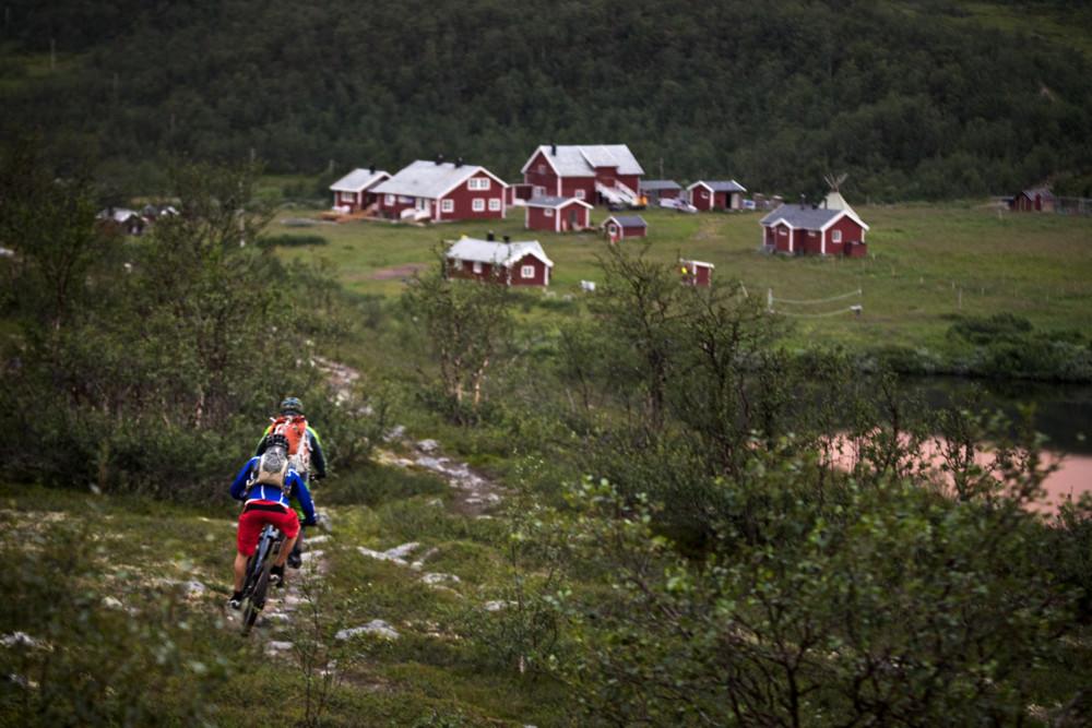 Björn och Guide-Björn valde den mindre och stökigare stigen ner mot Jotka.