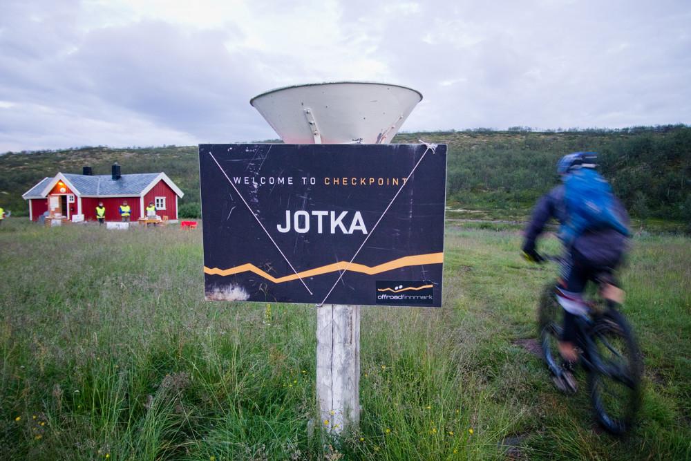 De första tävlande i Offroad Finnmark kommer till det obligatoriska stoppet i Jotka.