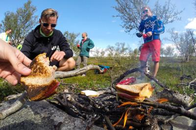 Ost och skink-macka på grillning. Norsk turmat.