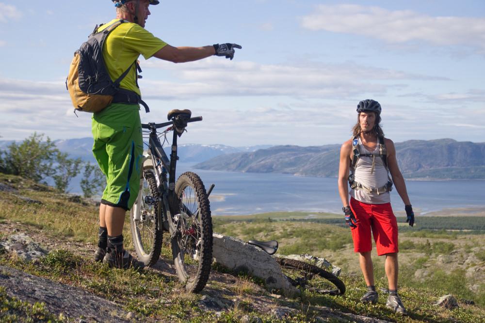 Björn pekar ut Altas skidbacke för Beo som ser ut att vara mer intresserad av att komma upp till toppen.
