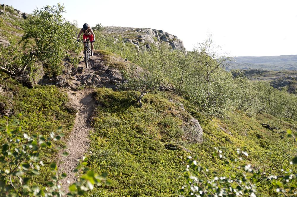 Björn får äntligen utlopp för sin cykelglädje ner för Store-Borras steniga stigar.