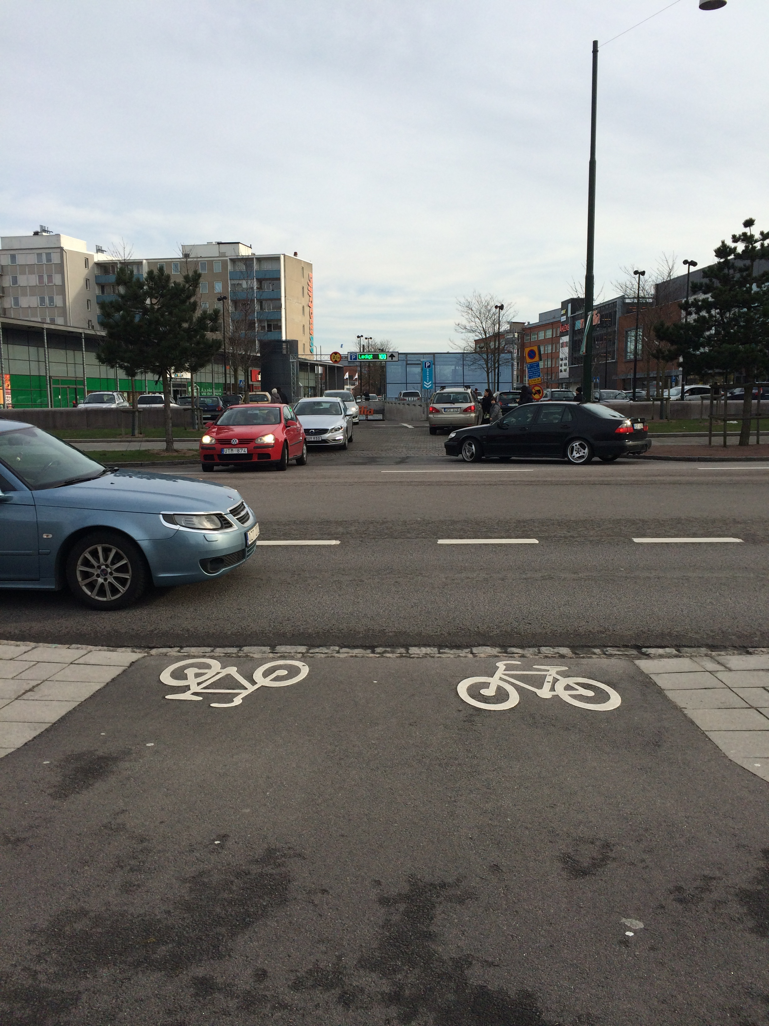 M26 vägmarkering som visar lämplig färdväg för cykel och moped klass II
