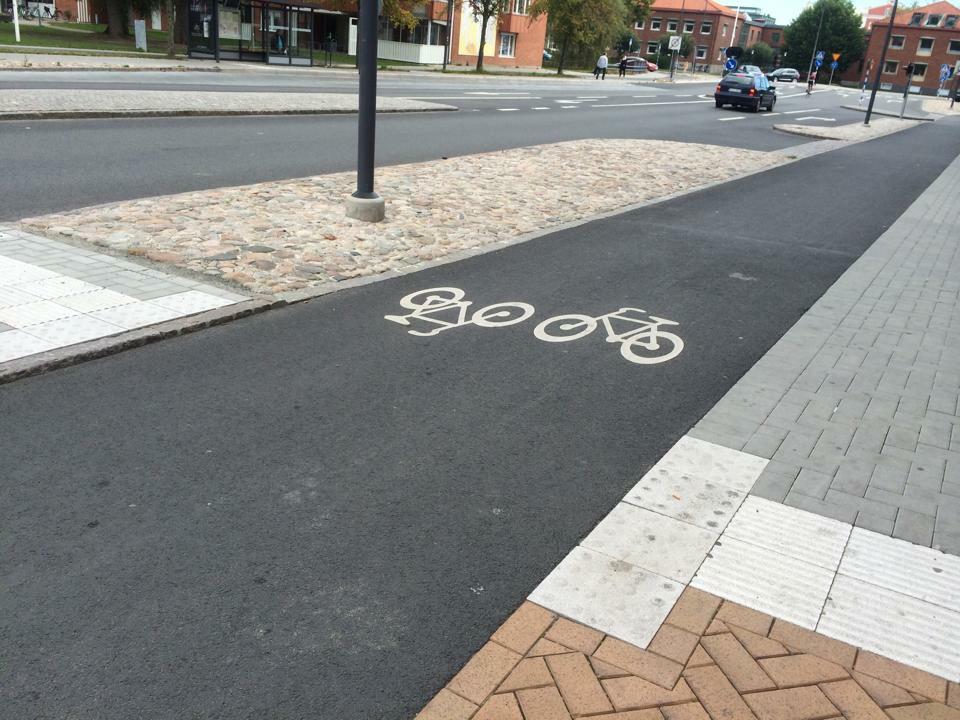 Tydlig vägmarkering av dubbelriktad cykelbana