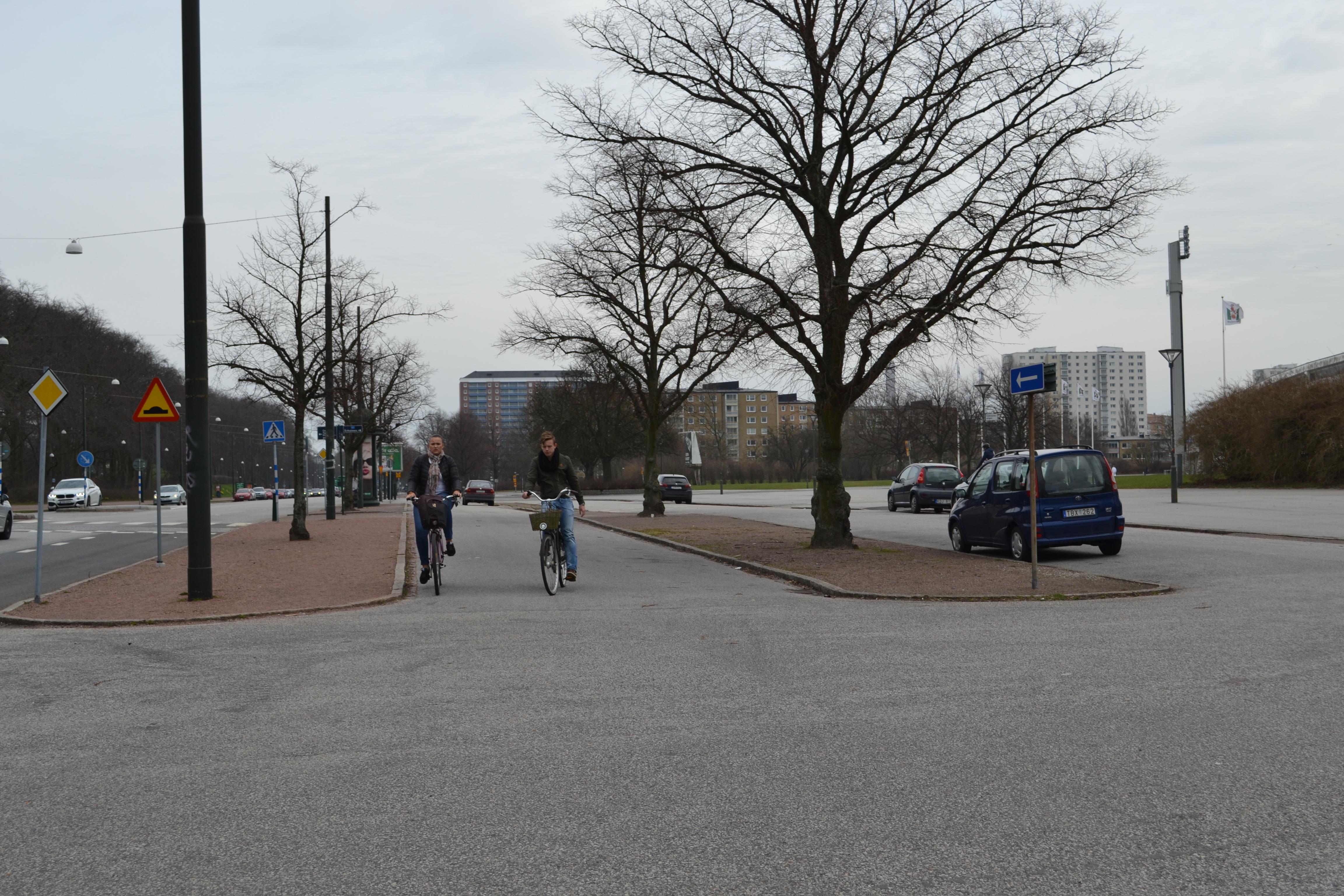 Cyklister som cyklar mot trafiken