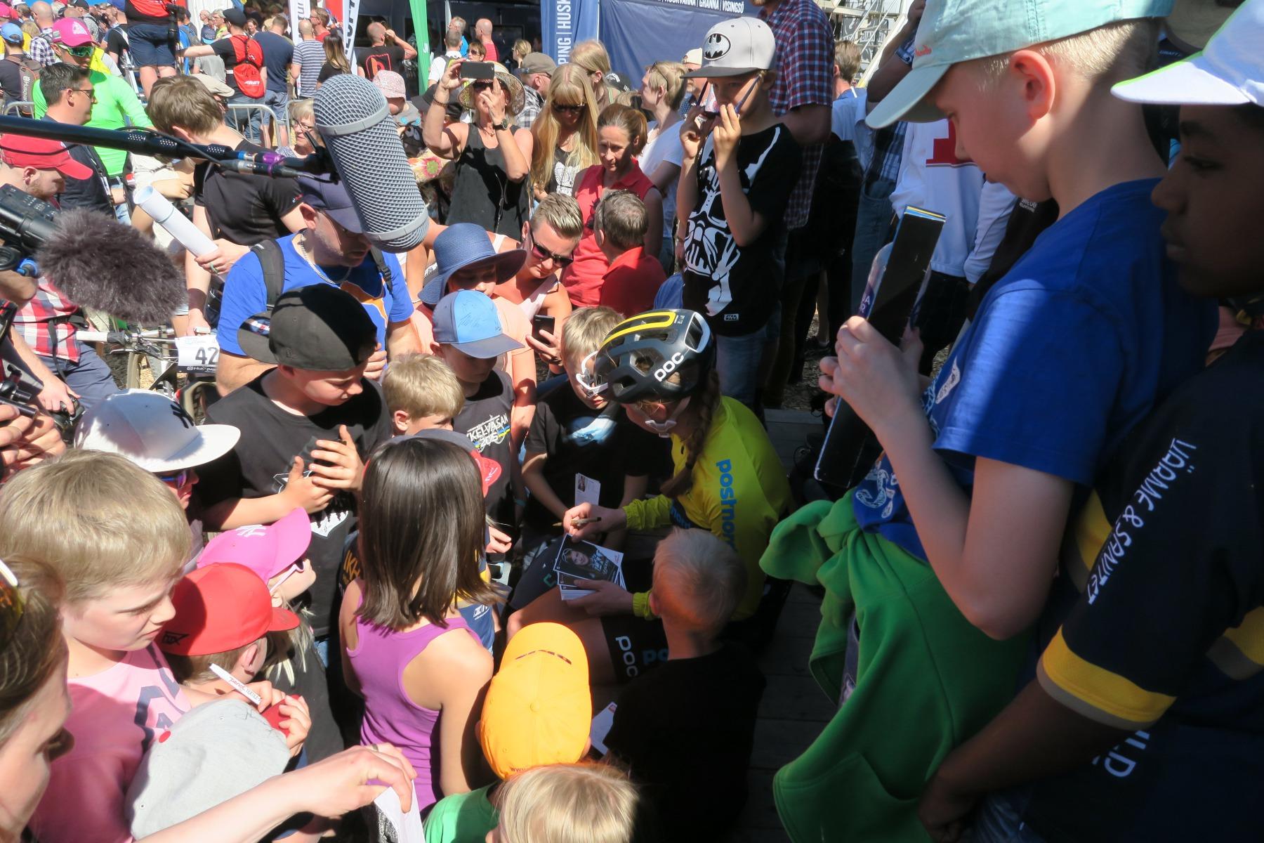 Alexandra skriver autografer åt sina stora och små fans