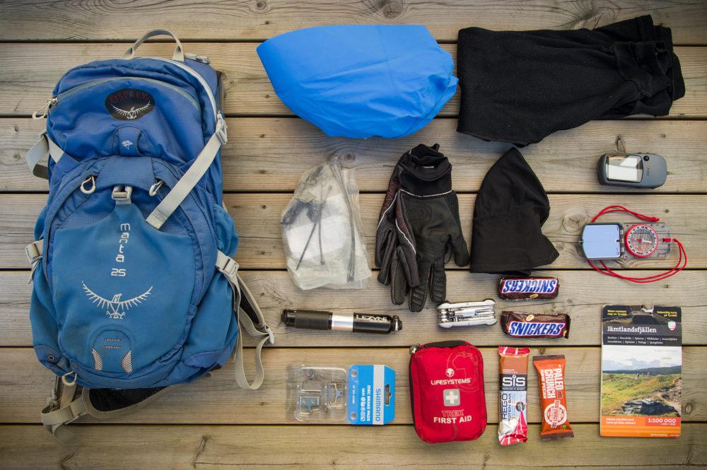 En ryggsäck för fjällcyklingen rymmer det mesta man kan tänkas behöva under en lång dag på fjället.
