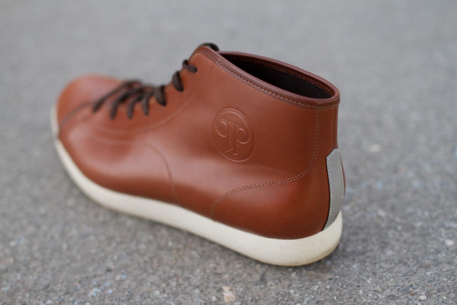 Reflexremsan baktill är ett signum på Quoc Phams skor