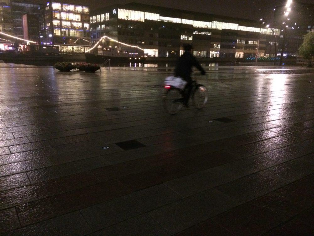 Många olika typer av ljussättning på Posthusplatsen i Malmö.