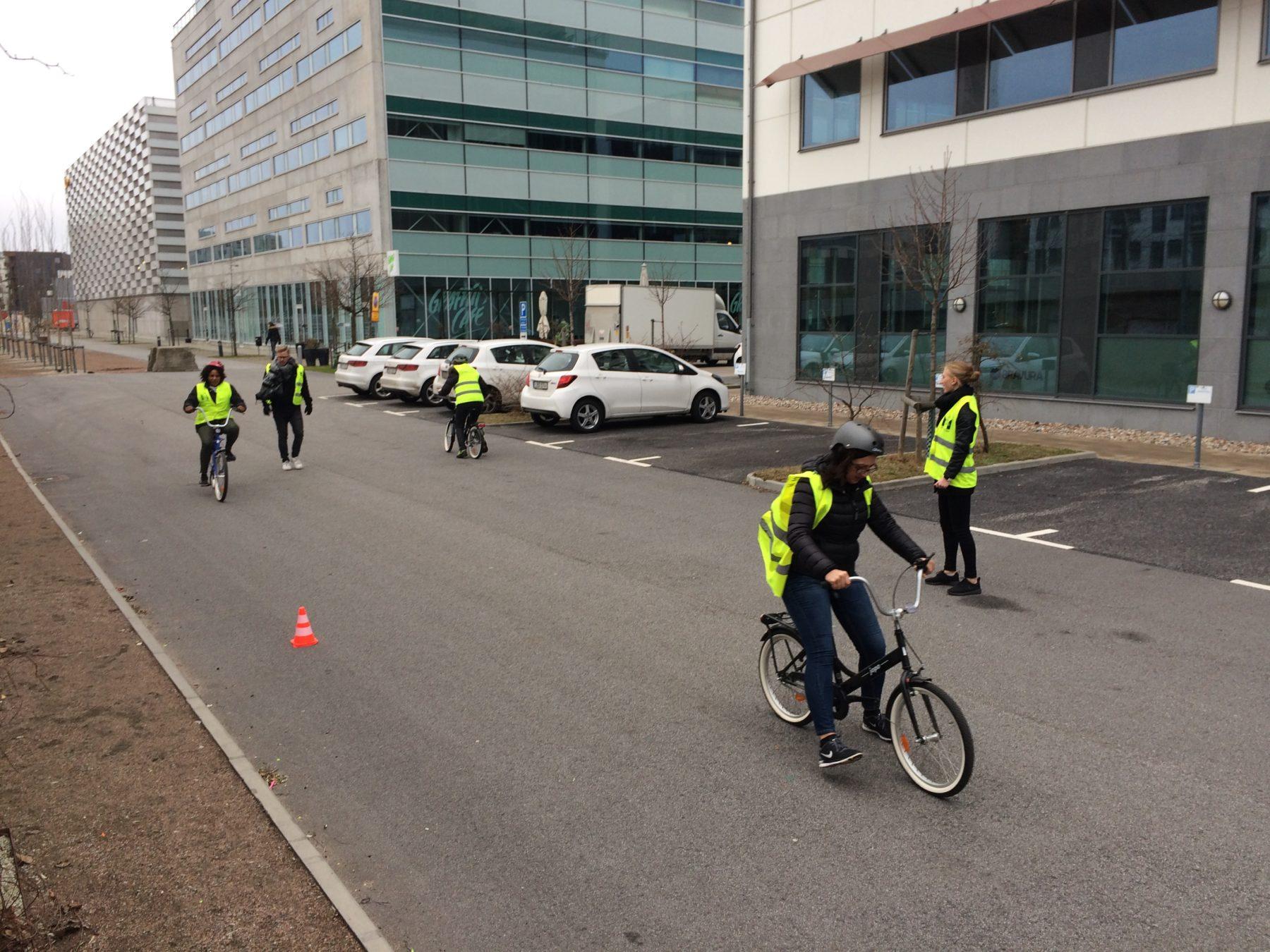 Balansövningar på cykel